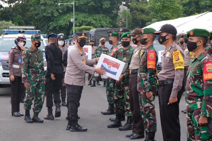 Kapolda Riau Bersama Danrem 031/WB Lepas Bansos ke 503 Posko PPKM