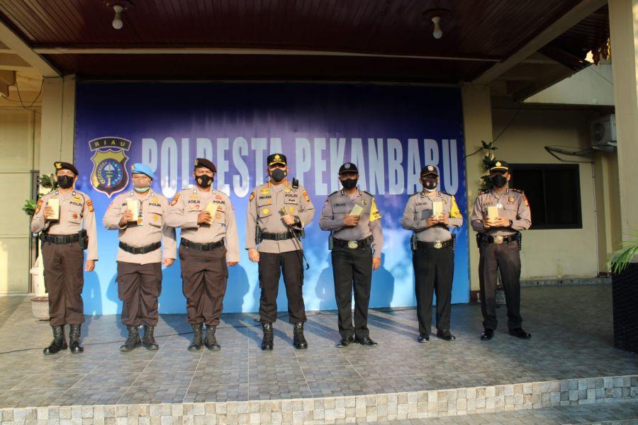 Kapolresta Pekanbaru Beri Reward Kepada Bhabinkamtibmas dan Personil Polda Riau BKO Polres