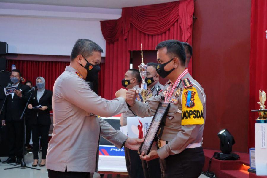 Peringati Hari Lalu Lintas Ke-66, Kapolda Riau Beri Penghargaan Kepada Personel Berprestasi