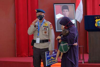 Bintara Sat Brimob Menangis Saat Mendapat Rumah dari Kapolda Riau Jelang Pensiun