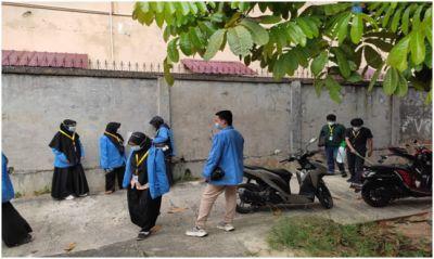 Mahasiswa KKN UIN Suska Riau Semprot Disinfektan di Masjid Paripurna Al-Hikmah