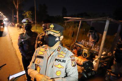 Pimpin Patroli Skala Besar, Kapolda Riau Beri Bantuan untuk Masyarakat pada Masa PPKM