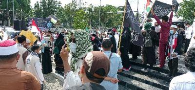 Ratusan Massa Gelar Aksi Bela Palestina di Depan Gedung Daerah Pekanbaru